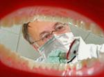 3. Als de tandarts naar je tanden en kiezen kijkt doet hij dat met een..........